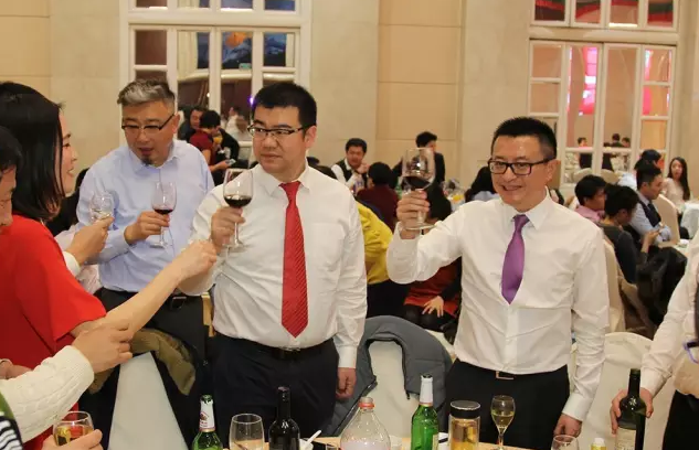 赛格立诺董事长陈川、总经理任志雄为大家敬酒